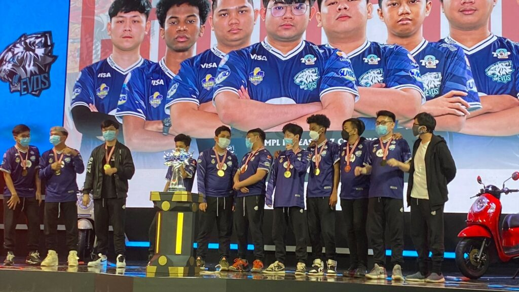 EVOS Legends and coach Zeys on stage with MPL ID S7 Trophy